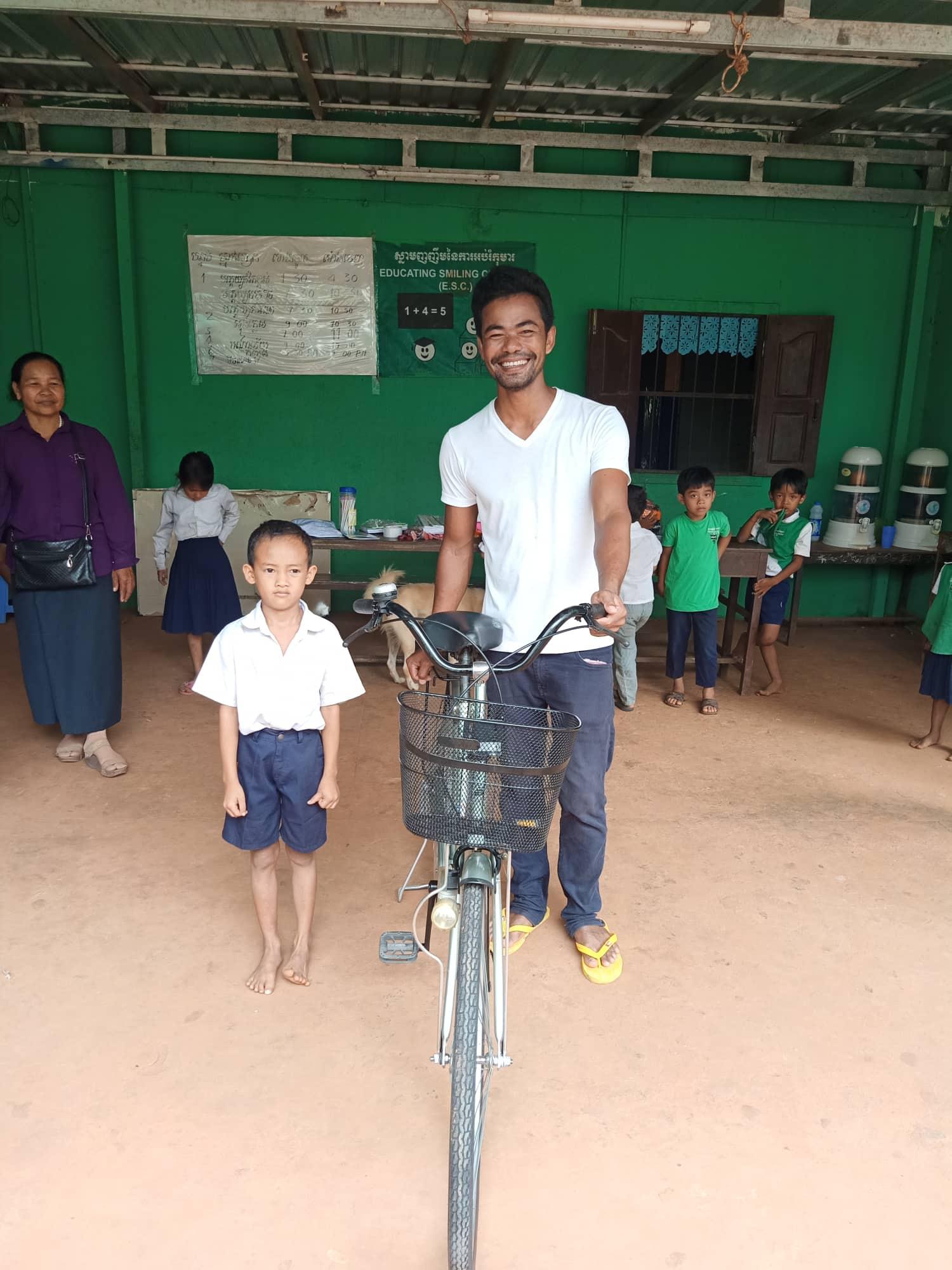 Distribution de vélos a Siem Reap